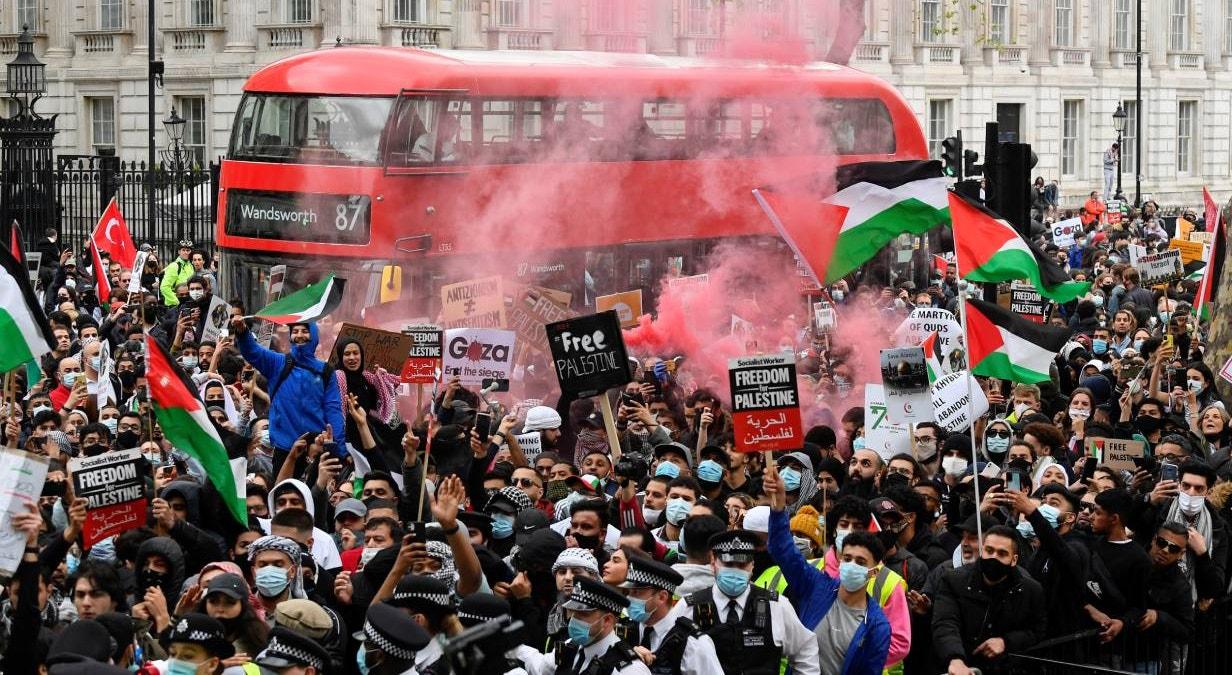 Reino Unido. Em Londres, durante o Ramadão, pro-palestinianos manifestam-se contra o escalada de violência nos territórios Israel-Palestinianos | Toby Melville - Reuters