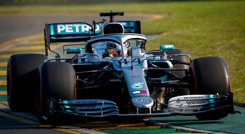 """Lewis Hamilton conquistou a """"pole position"""" na primeira corrida da época de Fórmula 1"""