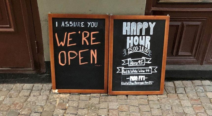 Na Suécia os bares continuaram abertos enquanto que por toda a Europa foram fechando