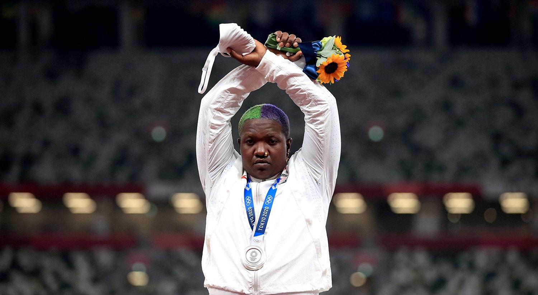 O protesto de Raven Saunders, atleta medalhada no lançamento do peso.   Foto: Hannah Mckay - Reuters