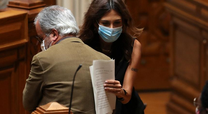 A deputada do PS Isabel Moreira cruza-se com o deputado do BE José Manuel Pureza durante a sessão plenária sobre o Projeto de Resolução n.º 679/XIV/2.ª