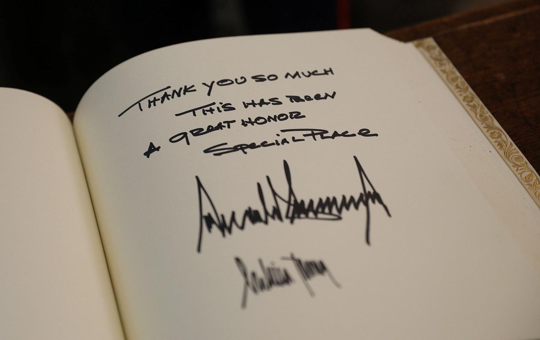 A mensagem de Donald Trump e Melania Trump deixaram no livro de visitas da Abadia de Westminster /Simon Dawson - Reuters