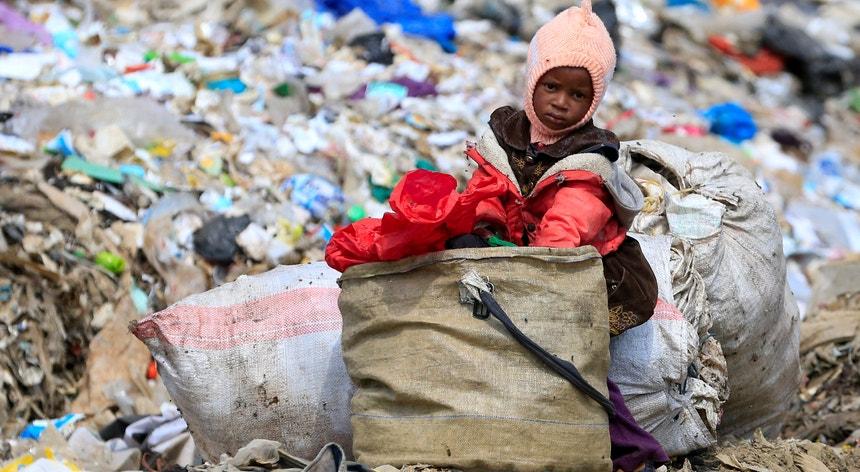 No Quénia, muitas crianças trabalham em lixeiras em busca de metal para vender.