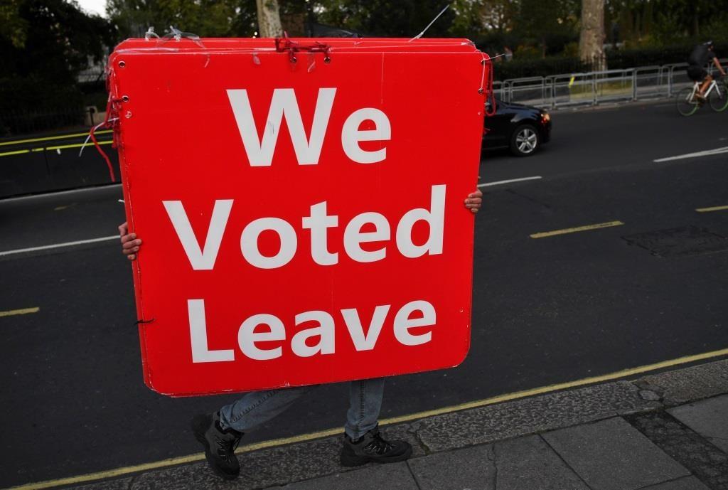 Um manifestante pró-Brexit transporta uma placa em frente à  Câmara dos Comuns junto do Parlamento em Londres.  4 Setembro 2019. REUTERS/Dylan Martinez