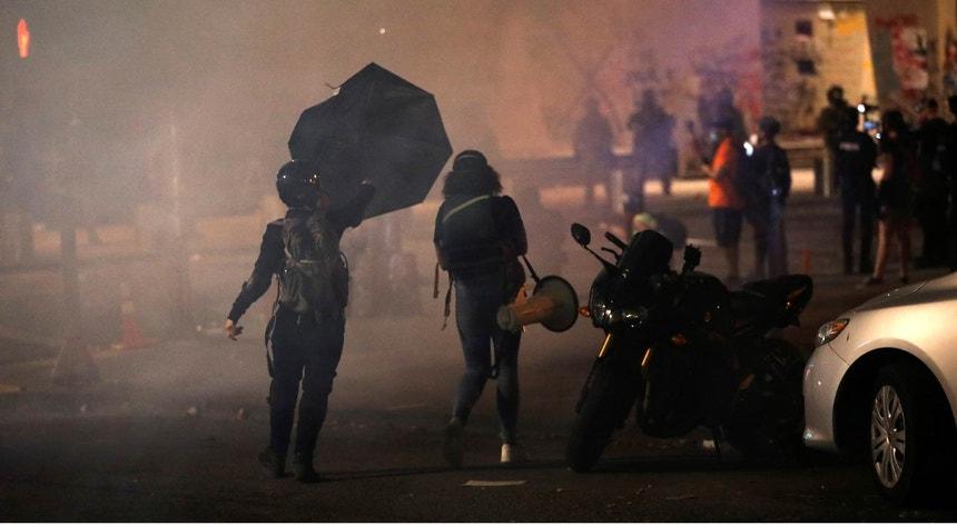 O guarda-chuva e o megafone: duas grandes armas para enfrentar a polícia em Portland