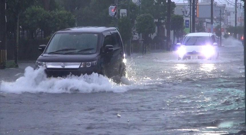 A forte chuva está a obrigar à retirada de pessoas no sudoeste do Japão