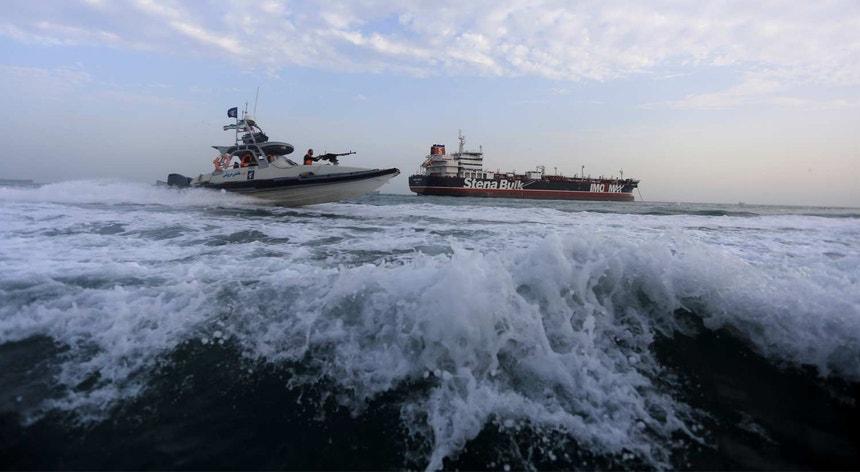 Um barco da Guarda Revolucionária Iraniana navega perto de Stena Impero, uma embarcação de bandeira britânica.