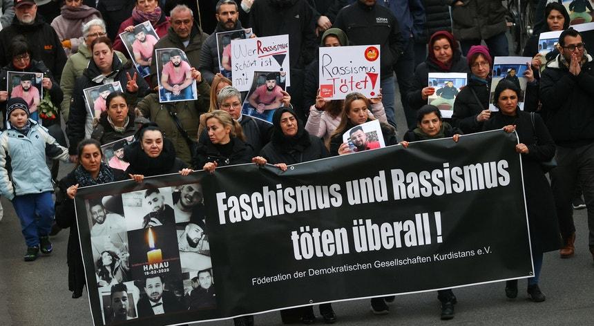 """""""Fascismo e racismo matam em todo o lado"""", lê-se no cartaz segurado por manifestantes curdos que prestaram homenagem às vítimas do mais recente tiroteio na Alemanha"""