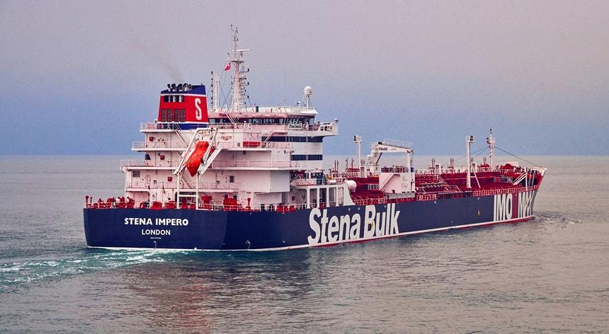 """Os proprietários e administradores do Stena Impero afirmaram que o seu navio foi """"abordado por pequenos barcos não identificados e um helicóptero quando navegava no Estreito de Ormuz em águas internacionais"""""""