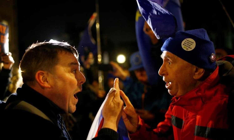 Manifestantes pró-Brexit e anti-Brexit gritam uns com os outros em frente ao Parlamento, em Westminster, centro de Londres. 11  Dezembro 2018. REUTERS/Henry Nicholls