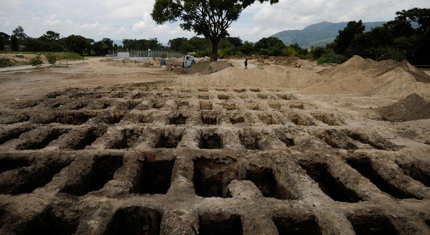 Covas recém-escavadas em 2020 para acolher vítimas mortais da Covid-19, em El Salvador