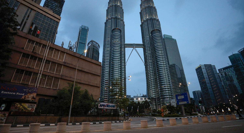 Rua vazia em frente ao Petronas Twin Towers em Kuala Lumpur, na Malásia / Lim Huey Teng - Reuters