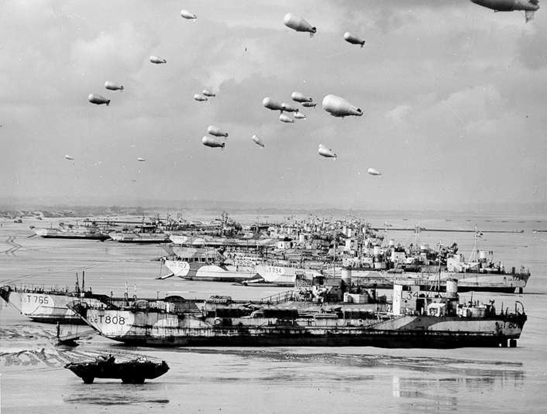 Lanchas de desembarque inglesas na costa da Normandia. Presos às embarcações estão balões de barragem que tinham como objetivo evitar que os aviões inimigos atacassem as embarcações a baixa altitude. /Reuters