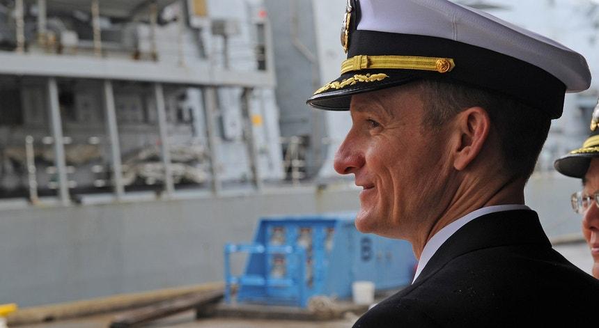 O capitão Brett Crozier, afastado da liderança do USS Theodore Roosevelt