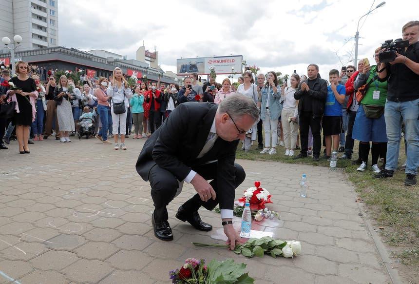 Em Minsk, o representante da União Europeia para a Bielorrússia, Dirk Schuebel, e a embaixadora da Suécia no país, juntaram-se à manifestação pelo fim da violência Foto: Reuters