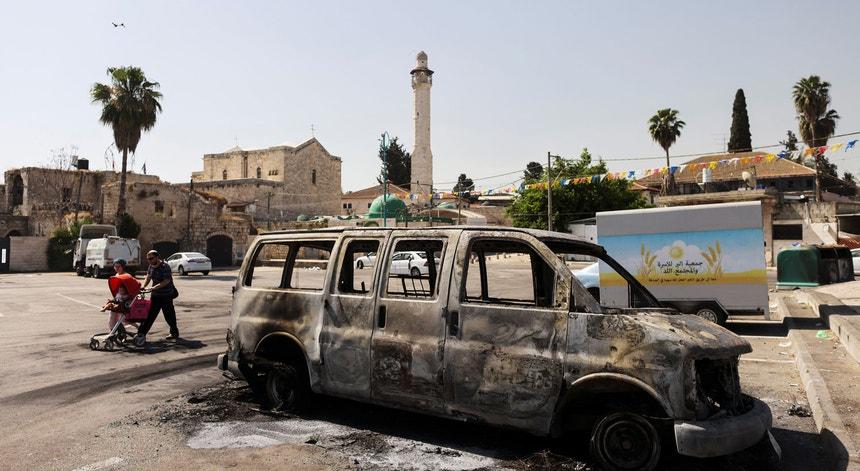 Um veículo queimado na cidade de Lod, em Israel, após mais uma noite de confrontos violentos.