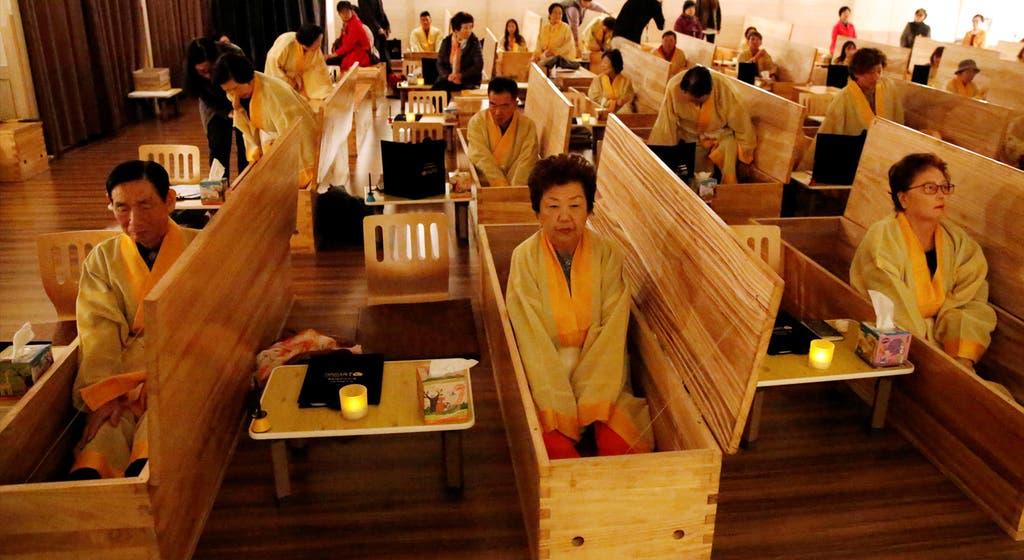 Imagem do dia. Sul-coreanos experienciam o próprio funeral