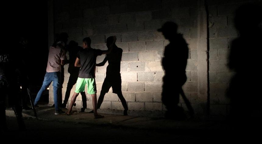 Uma patrulha nocturna da Polícia Nacional da Venezuela, pára e detém venezuelanos, em fevereiro de 2019