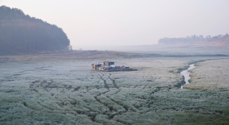Um barco fica no leito seco do lago Poyang, o maior lago de água doce da China, em Jiujiang. 11 de dezembro 2019 /Aly Song - Reuters