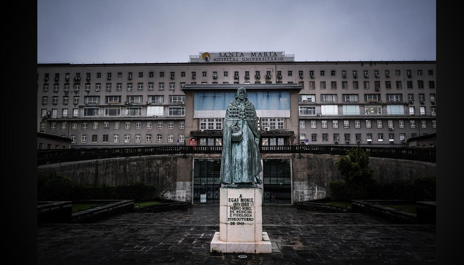Entrada do Hospital de Santa Maria, um dos hospitais onde são tratados doentes com Covid-19. / Mário Cruz - Lusa