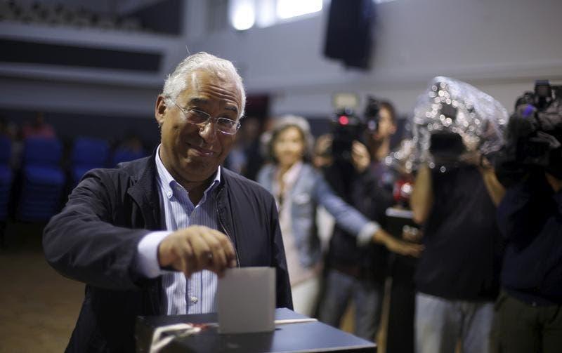 Um eleitor vota com o filho ao seu lado.