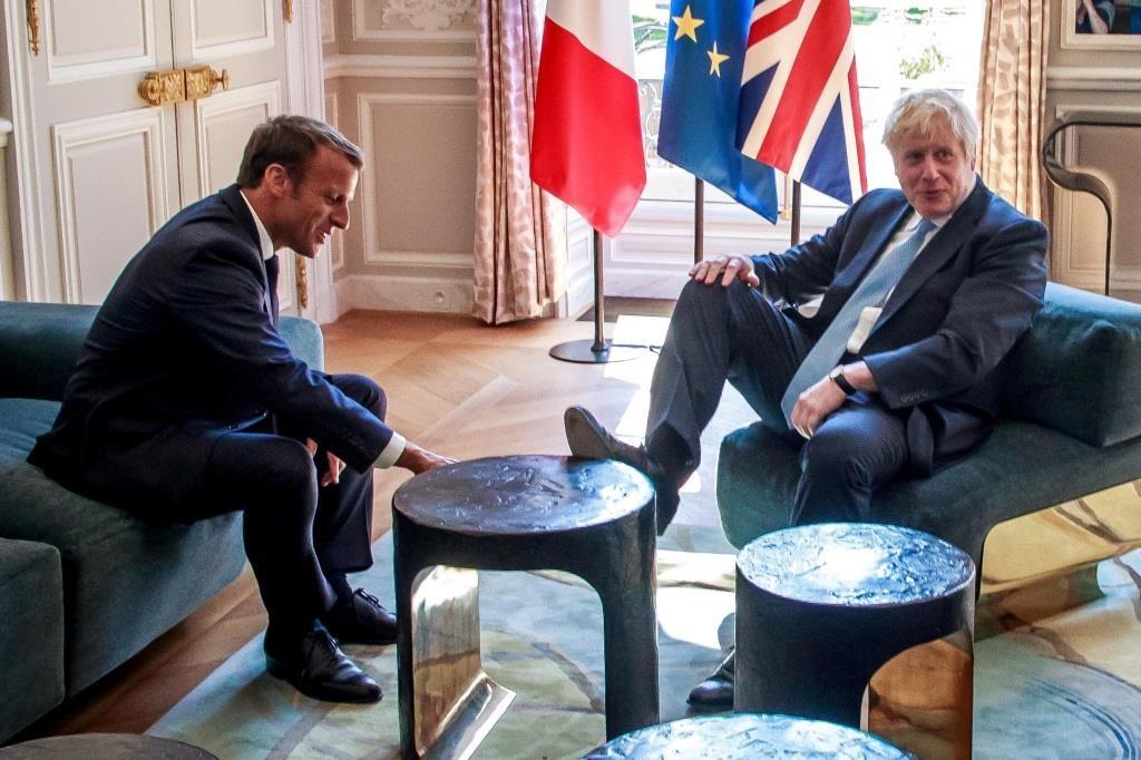 O presidente francês Emmanuel Macron e o primeiro-ministro Boris Johnson falam durante uma reunião no Palácio Elysee em Paris. 22  agosto  2019. Christophe Petit Tesson/Pool via REUTERS