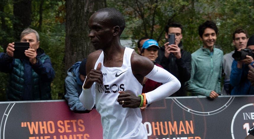 O maratonista queniano foi o primeiro a baixar das duas horas o tempo de percurso na maratona