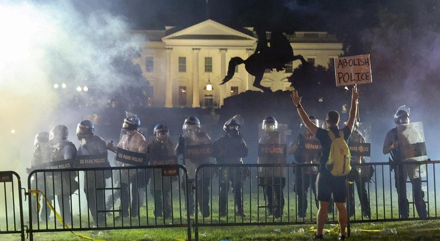 Um ativista face ao cerco policial à Casa Branca dia 1 de junho, durante os motins e protestos nos EUA contra a morte de George Floyd, sob custódia policial