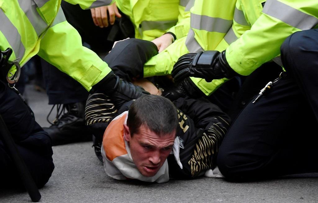 Um manifestante pró-Brexit é detido pela policia junto a Downing Street, Londres. 31 outubro  2019. REUTERS/Toby Melville