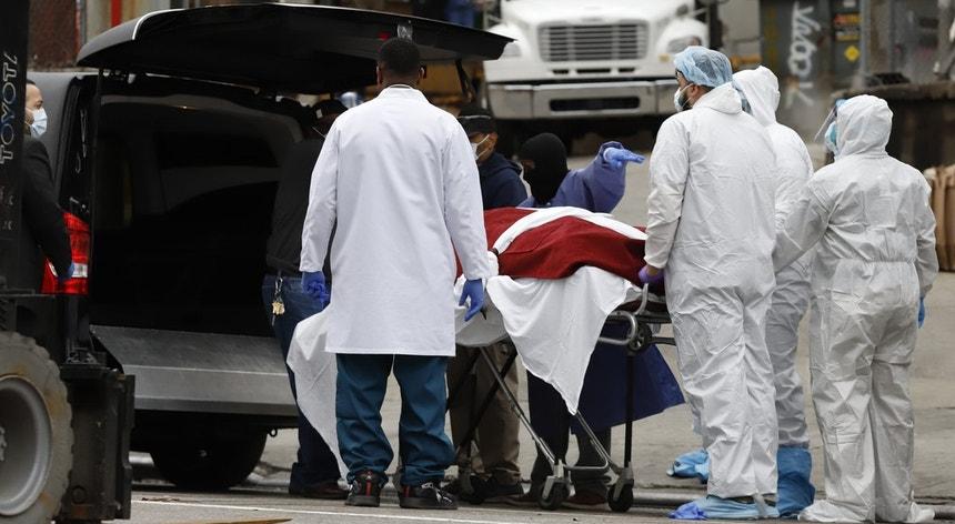 As pessoas que morreram com o novo coronavírus já ultrapassaram as 96 mil