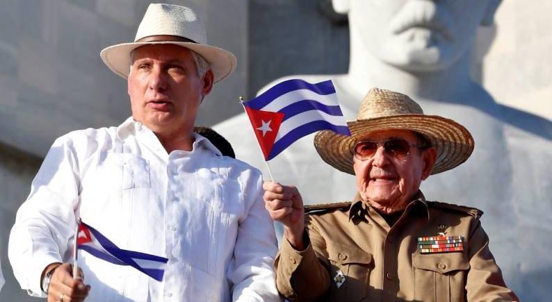 Presidente Miguel Díaz-Canel (à esquerda) e o ex-Presidente Raúl Castro