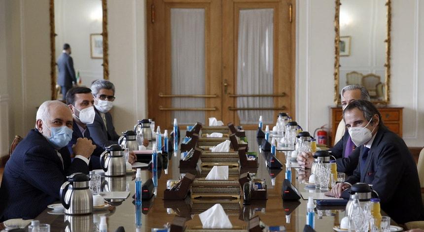 Rafael Grossi, diretor-geral da AIEA [à direita] esteve este mês em Teerão para fechar o acordo que garante inspeções à atividade nuclear do Irão por mais três meses. O MNE Javad Zarif [à esqueda] participou nas negociações em representação do Governo iraniano.