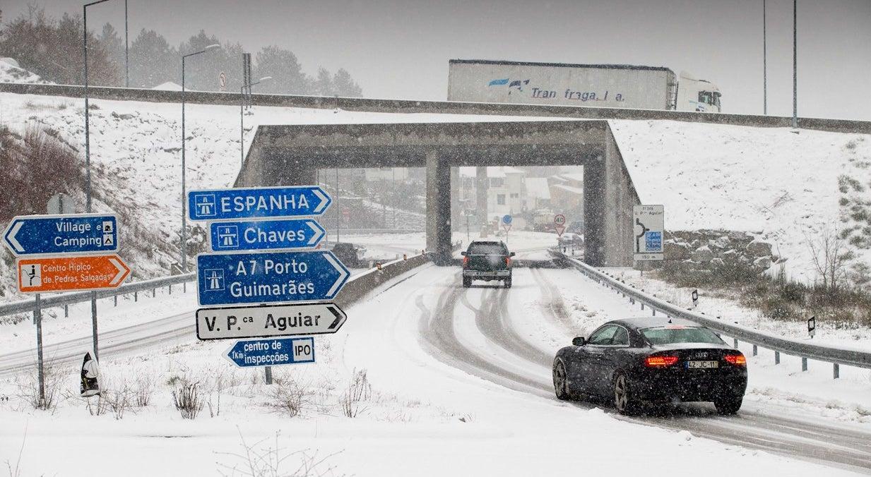 Neve obriga a fecho de escolas. Trânsito condicionado em várias estradas