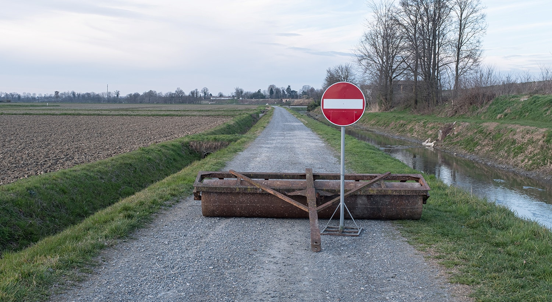 A vida dentro de uma zona vermelha: Uma placa de proibido é vista numa estrada bloqueada em San Fiorano, no 17º dia de quarentena numa das 11 pequenas cidades do norte de Itália que estão em isolamento desde fevereiro. /Marzio Toniolo via Reuters