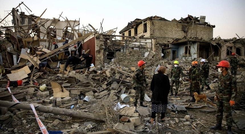 Autoridades procuram vítimas e sobreviventes entre os escombros após um ataque na cidade de Ganja, no Azerbaijão