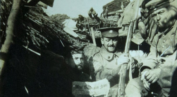 Soldado alemão com o boné de um britânico, em Warneton, Bélgica, na trégua de Natal de 1914