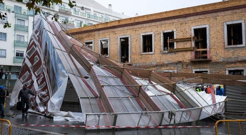 O vento forte e a chuva deixaram um rasto de destruição