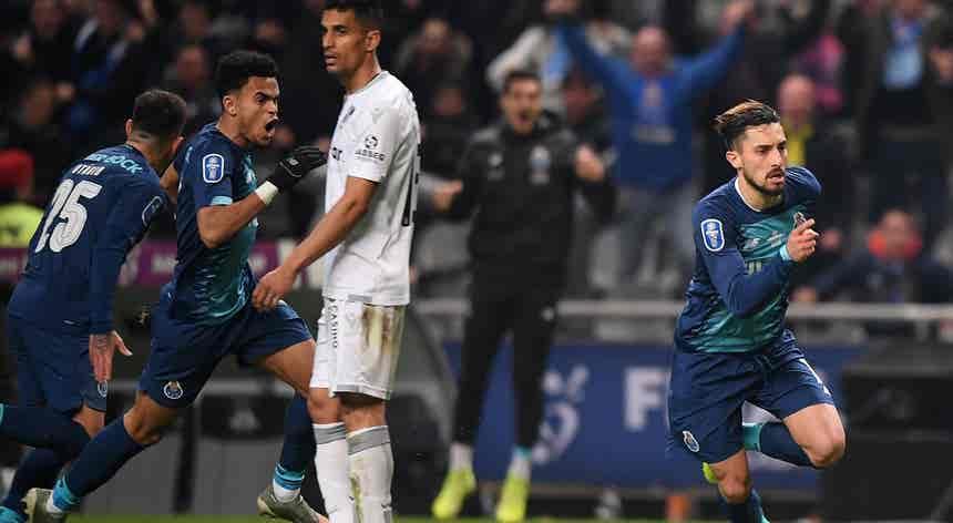 """FC Porto """"dá a volta"""" a Vitória de Guimarães e garante final da Taça da Liga"""