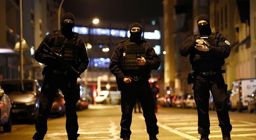 O suspeito foi abatido pela polícia na Rua de Lazaret, bairro de Meinau, em Estrasburgo, na sequência de uma troca de tiros