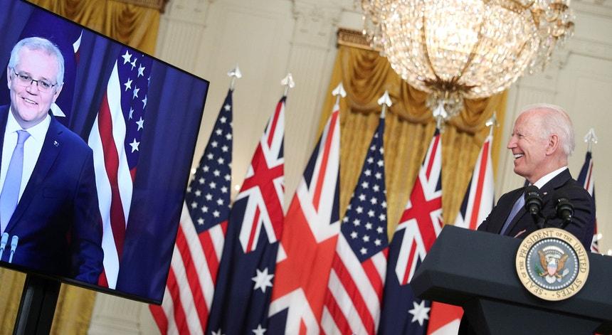 O Presidente norte-americano anunciou o acordo a partir da Casa Branca, numa sessão remota com os chefes de Governo da Austrália (Scott Morrison, à esquerda) e do Reino Unido (Boris Johnson, que não surge nesta fotografia).