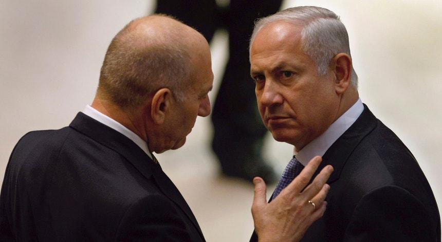 Ehud Olmert (de costas) e Benjamin Netanyahu numa imagem de arquivo de 2009