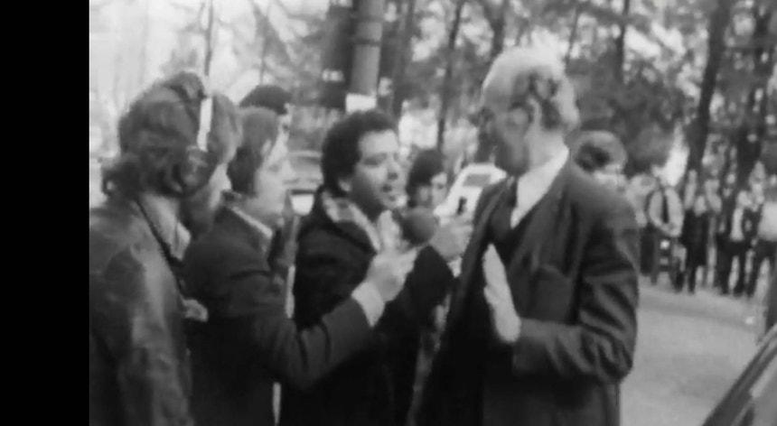 Lisboa, 11 de março de 1975: diplomata alemão instado por jornalistas a explicar presença de militares refugiados na Embaixada