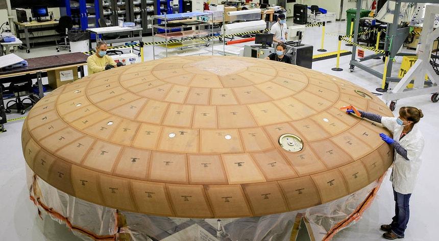 Técnicos do Centro Espacial Kennedy da NASA, na Flórida, ultimam meticulosamente as mais de 180 blocos de material isolante e térmico no escudo da sonda Orion