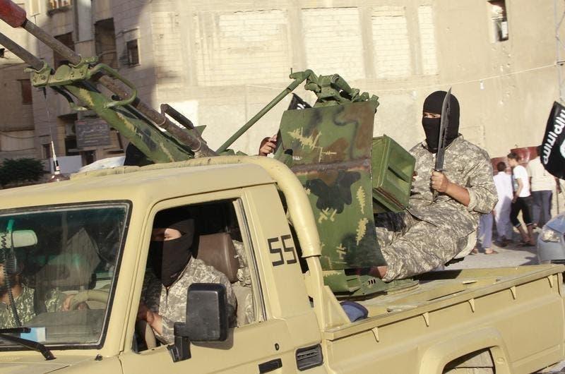 Um combatente do Estado Islâmico durante uma parada militar em Raqqa, a capital de facto do grupo naSíria Foto: Reuters