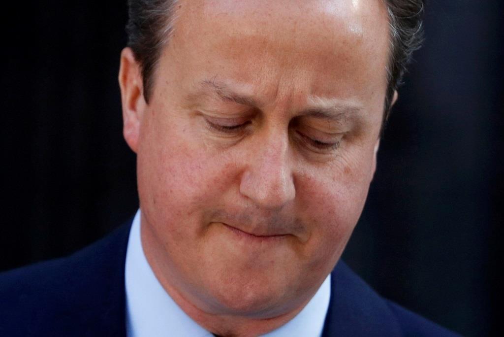 O primeiro-ministro britânico David Cameron fala, de forma constragida ao país, depois que a Grã-Bretanha ter votado na saída da União Europeia. 24 junho 2016. REUTERS/Phil Noble