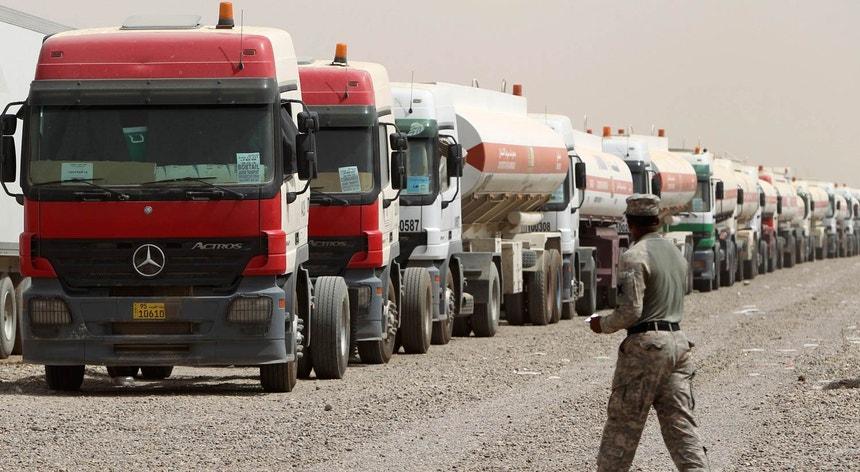 Coluna de veículos de reabastecimentos norte-americanos no Iraque, em 2010