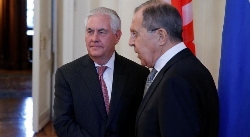 Secretário de Estado norte-americano Rex Tillerson aperta a mão o ministro russo dos Negócios Estrangeiros Sergei Lavrov em Moscovo