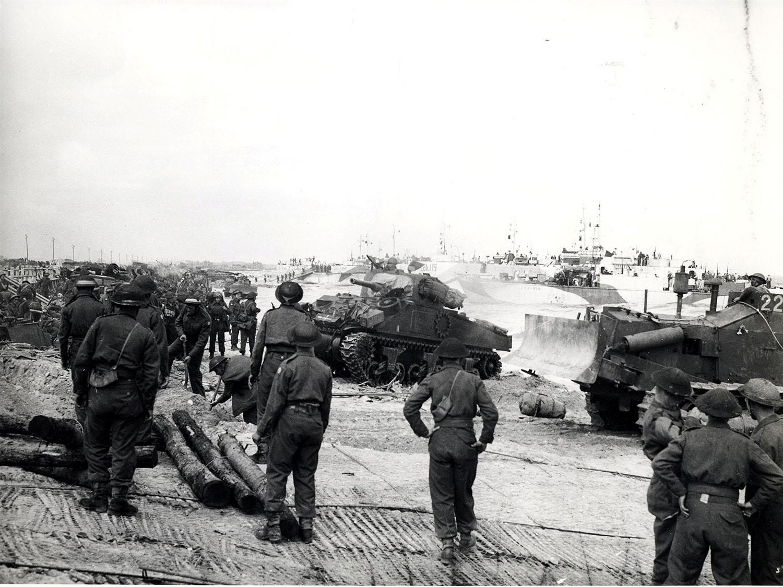 Desembarque dos tanques do exército canadiano na praia de Juno /Reuters
