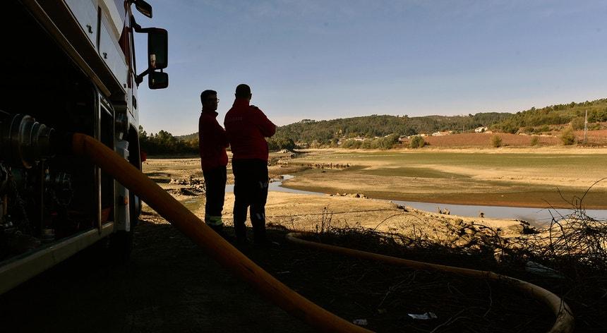 A barragem de Fagilde, em Mangualde, tem sido abastecida com água por dezenas de camiões-cisternas