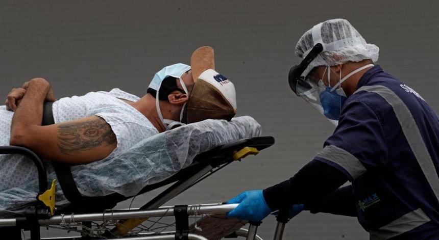 O Brasil parece não ver uma luz ao fundo do túnel no combate à pandemia